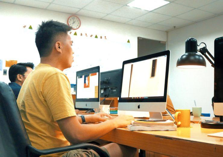 タガログ語に翻訳をするフィリピン人